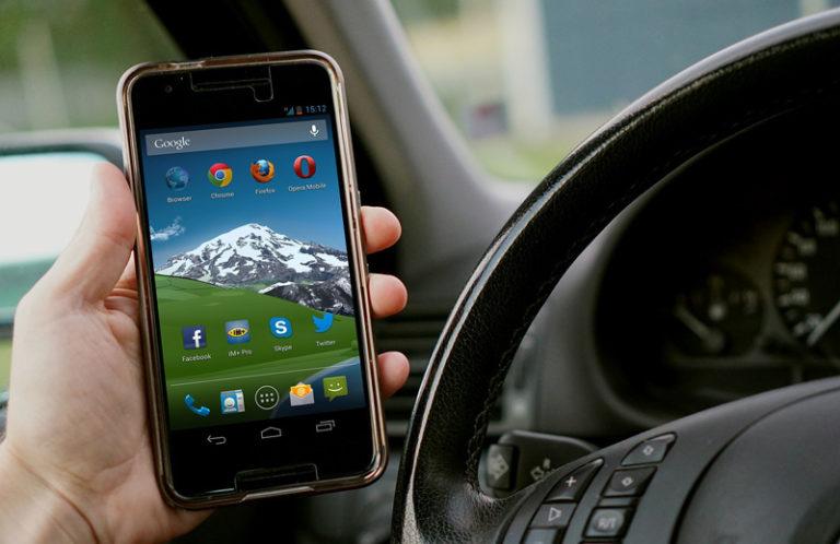 Водителям разрешат предъявлять ОСАГО на смартфоне